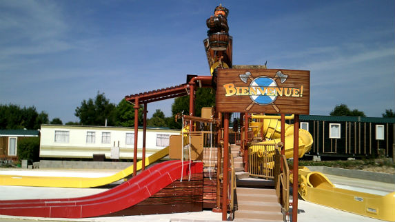 installation-waterslide-camping-les-falaises